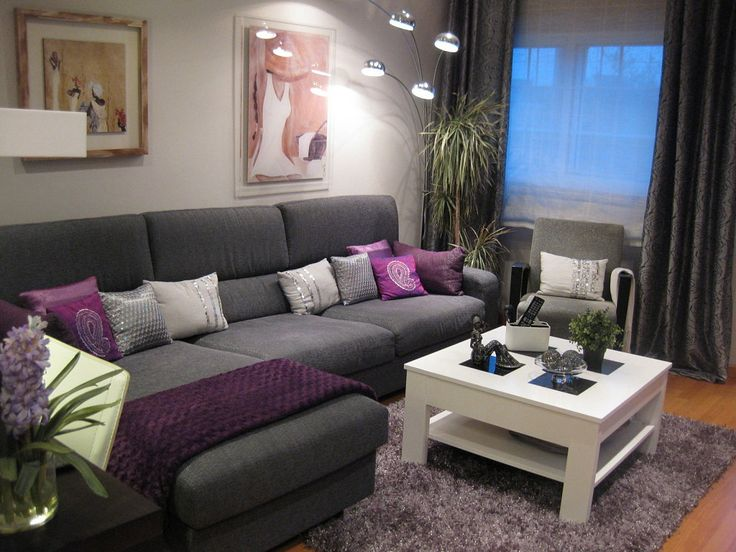 C mo combinar un sof purpura con la decoraci n de tu sala for Decoracion de interiores en tonos grises
